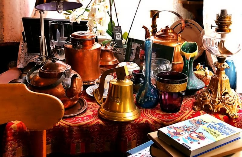 A table full of bric-a brac at the Majorstuen cafe