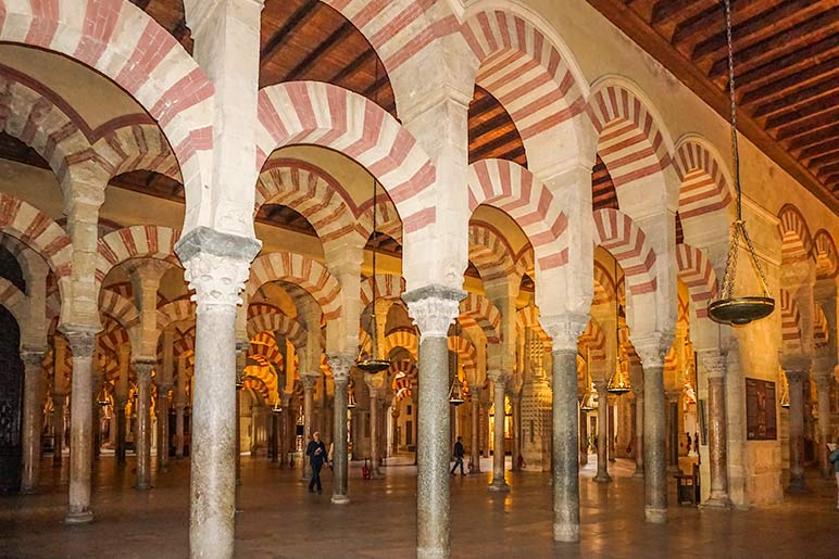 Cordoba Mosque in Spain - Hundreds of Rust and creamcoloured arches and pillars within the mosqu
