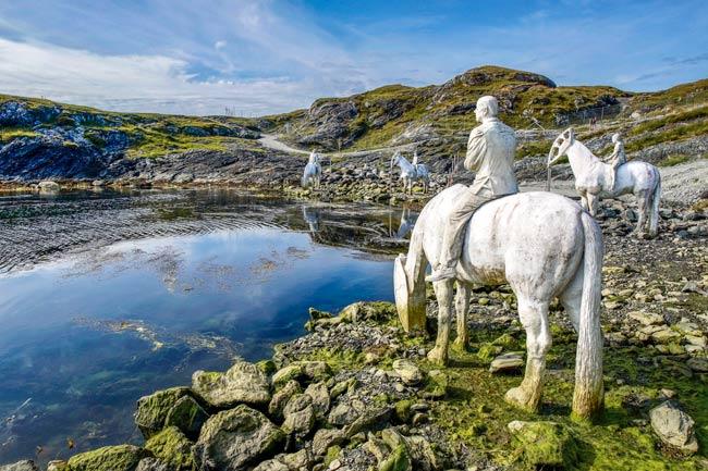Kvalsvik-4- horse sculptures
